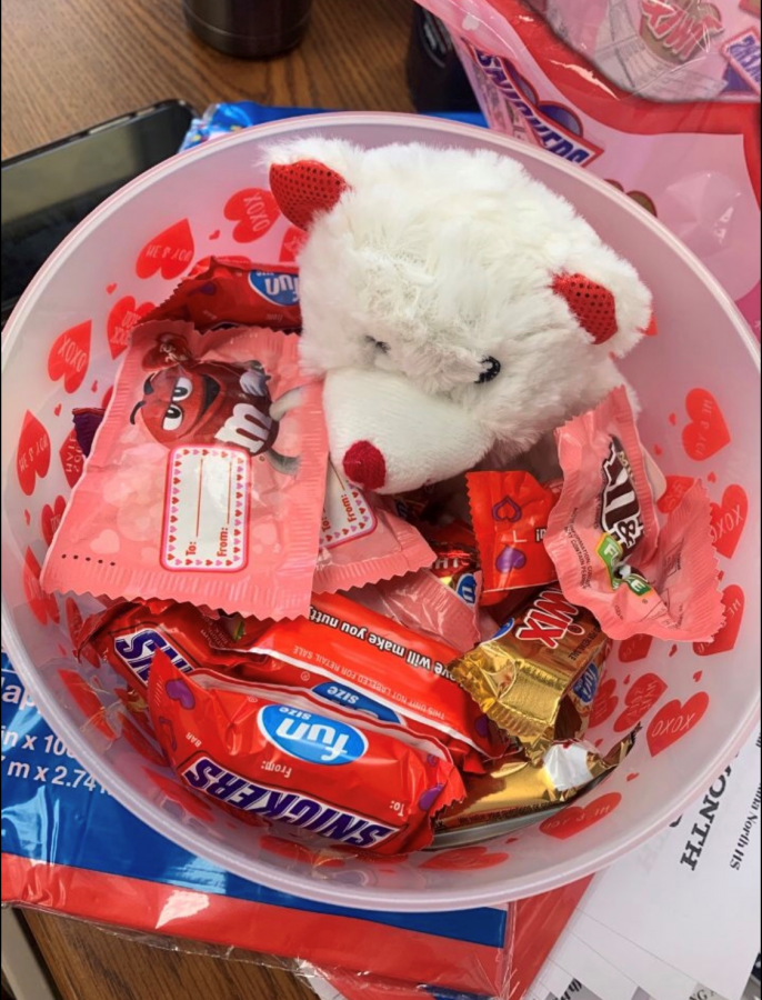 This+is+an+example+of+a+%2412+basket+order+for+Valentine%E2%80%99s+Day.+This+version+contained+candy%2C+a+brownie%2C+a+teddy+bear%2C+and+more.+%0APhoto+courtesy+of+BSLC